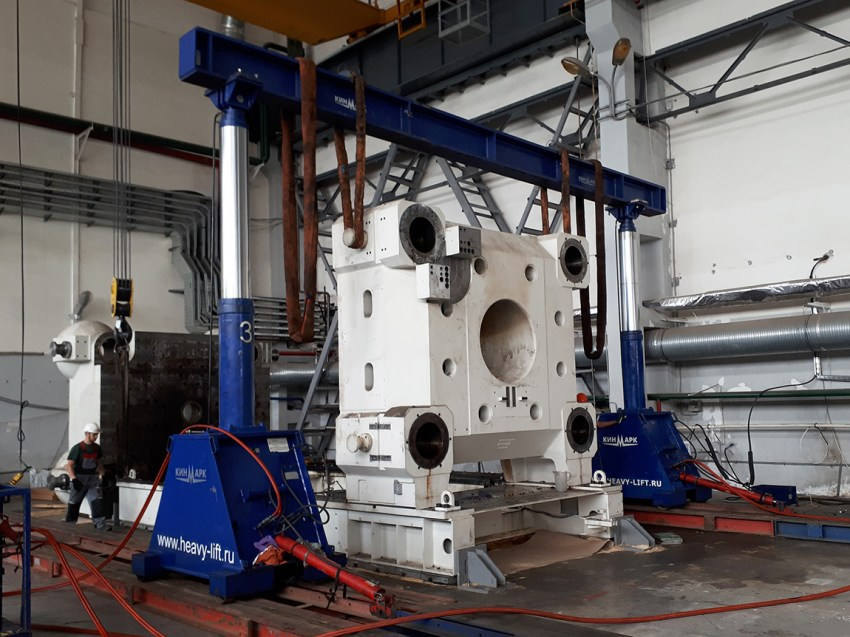 Dismantling and loading of plates of Krauss Maffei Molding Machine