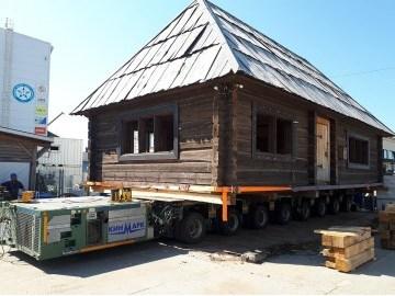 Дом переехал.