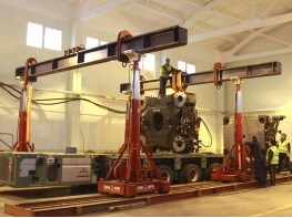 Кантовка и установка плиты узла смыкания гидравлическим порталом